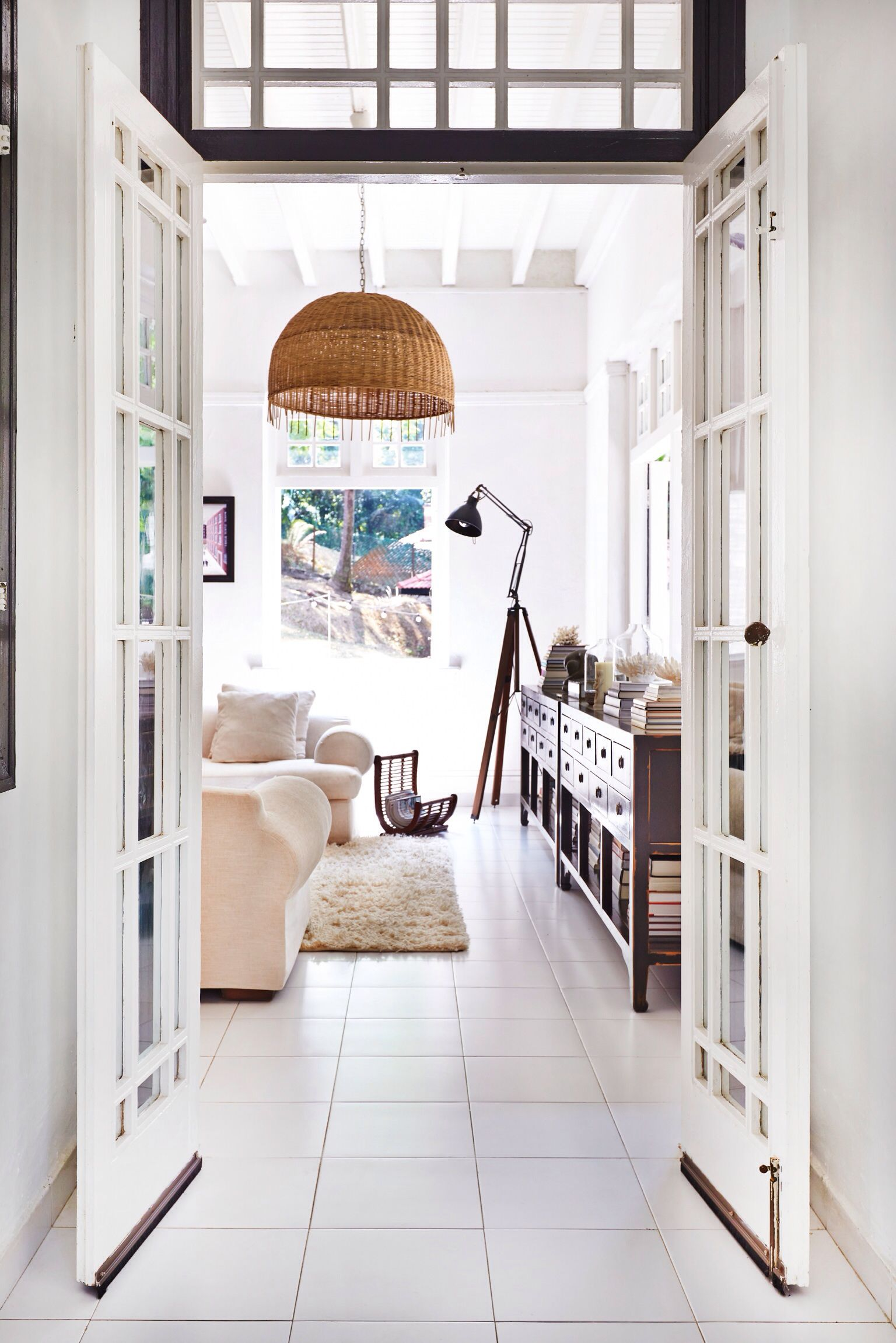 20 Modern Colonial Interior Decorating Ideas Inspired By Beautiful Colonial Homes: Paper + White Colonial Bungalow (www.paperandwhite.com)
