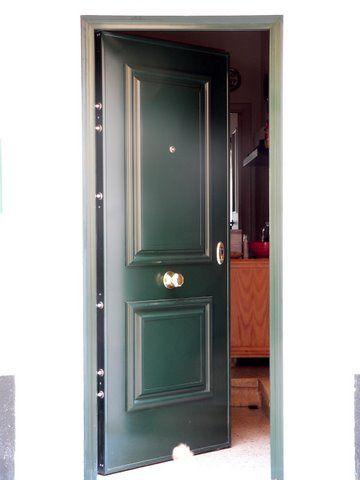 Puerta acorazada de exterior verde carruaje puertas de for Idealista puertas verdes