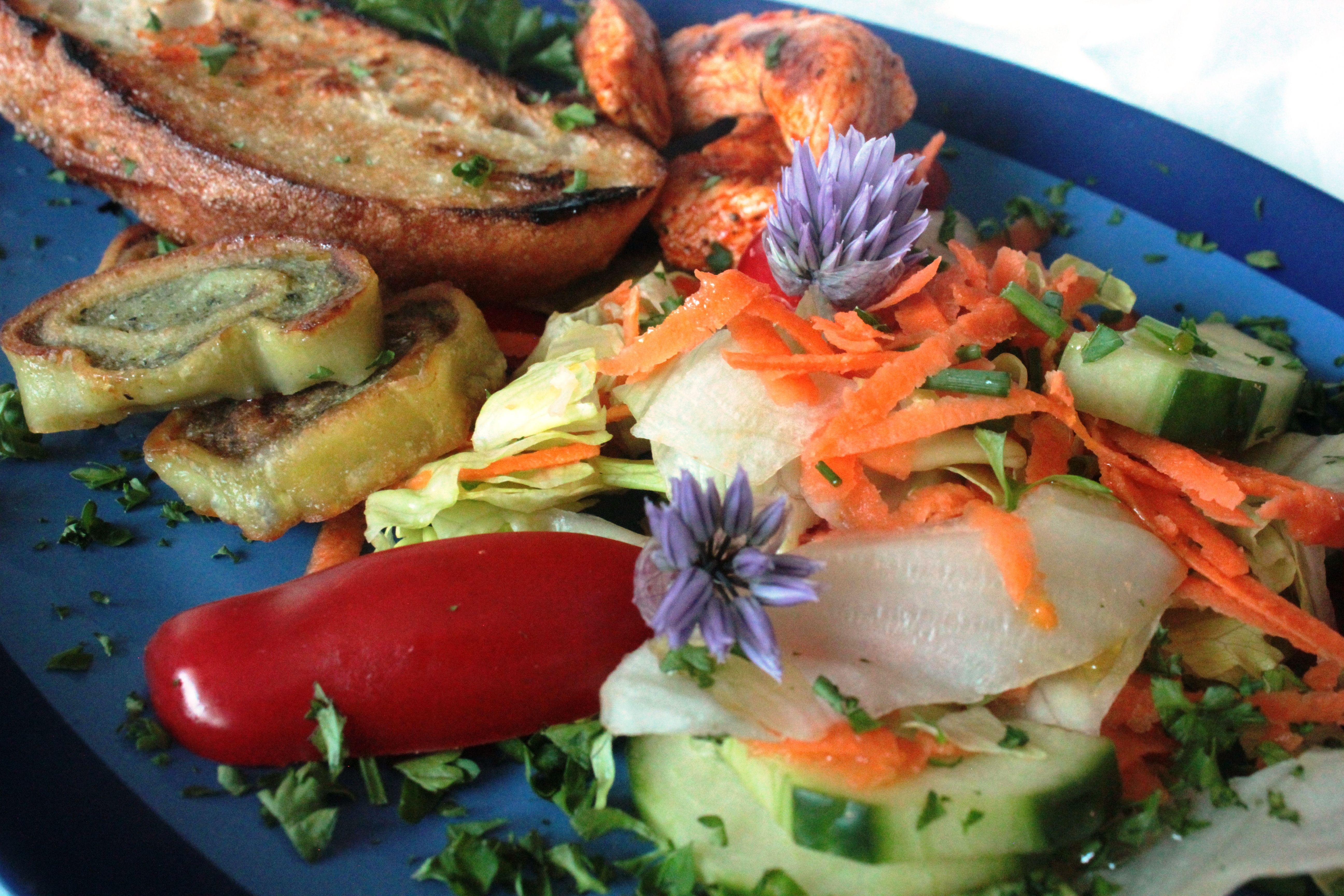 Salat - mit Putenbruststreifen, Maultaschen und Senfdressing