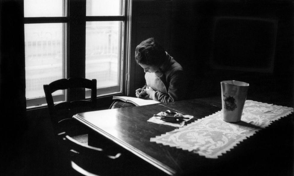 F. Scianna, Bagheria 1962, Anna Scianna impegnata nello studio