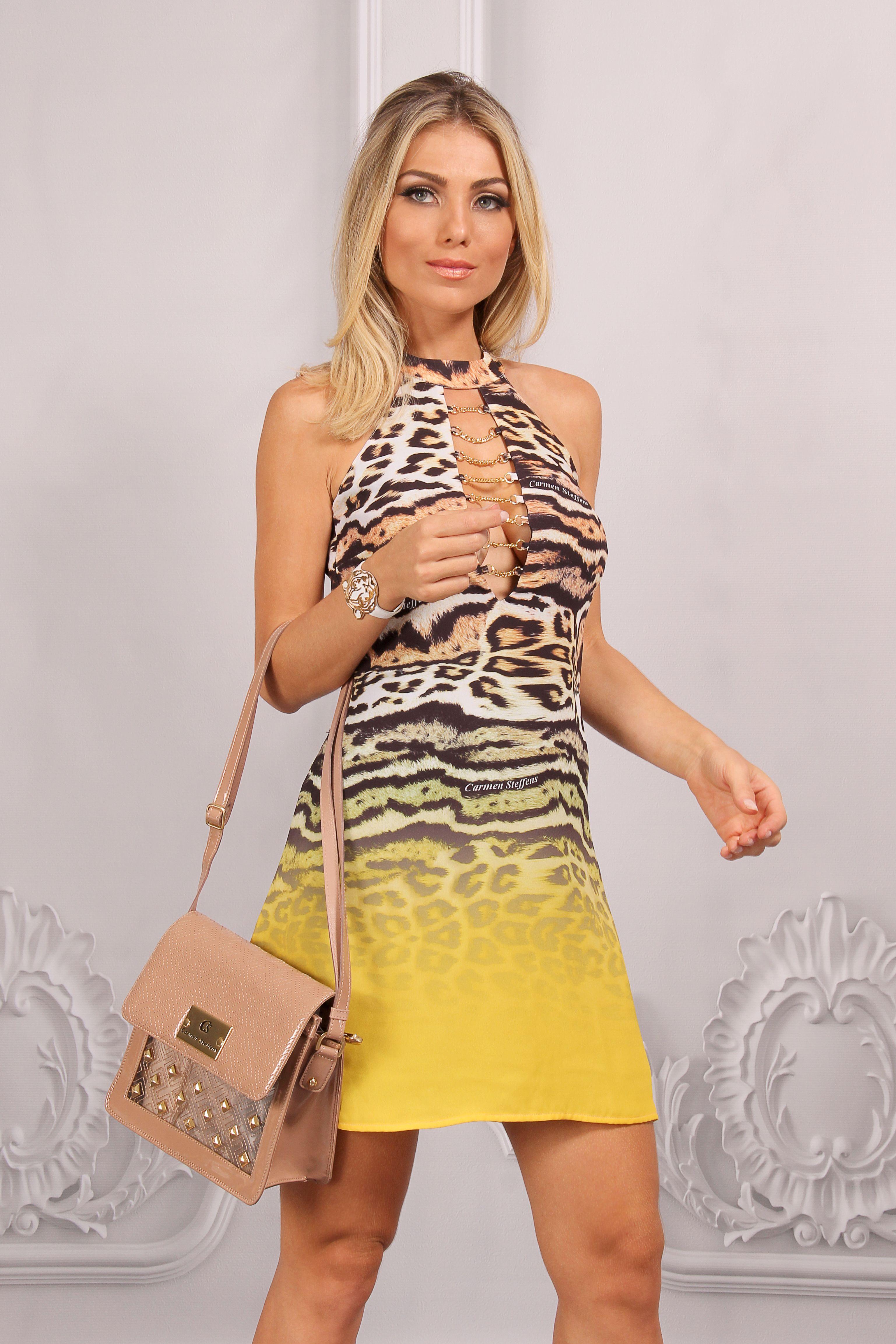 Vestido Animal Print Carmen Steffens com decote valorizado pelas correntes  douradas! Equilibrando a produção, bolsa em tom neutro com texturas  geométricas e ... 39eb280053