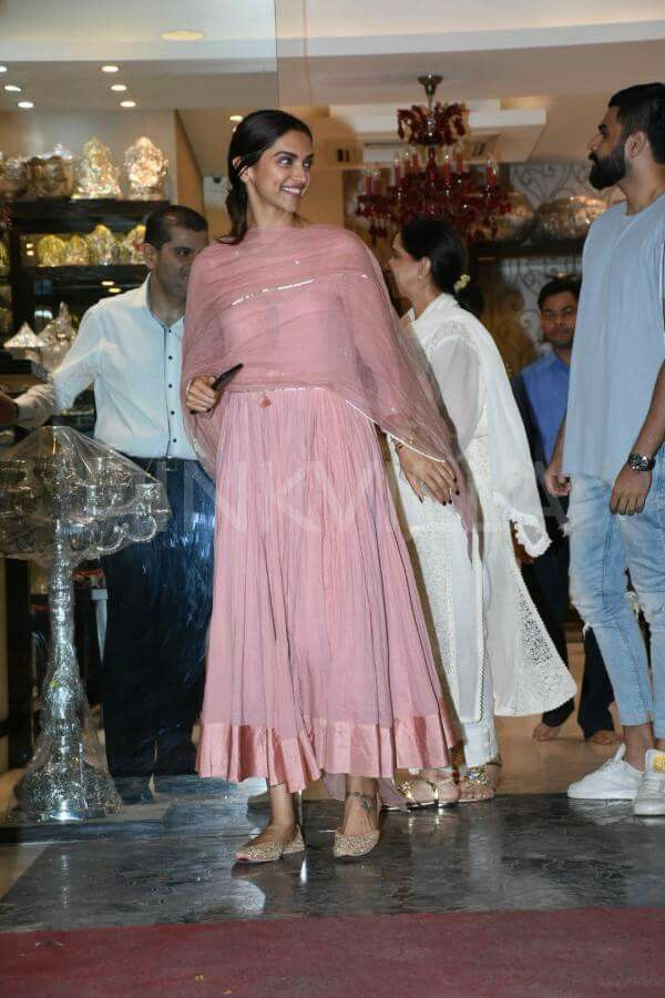 Deepika padukone at jewelry shop | Designer dresses indian ...