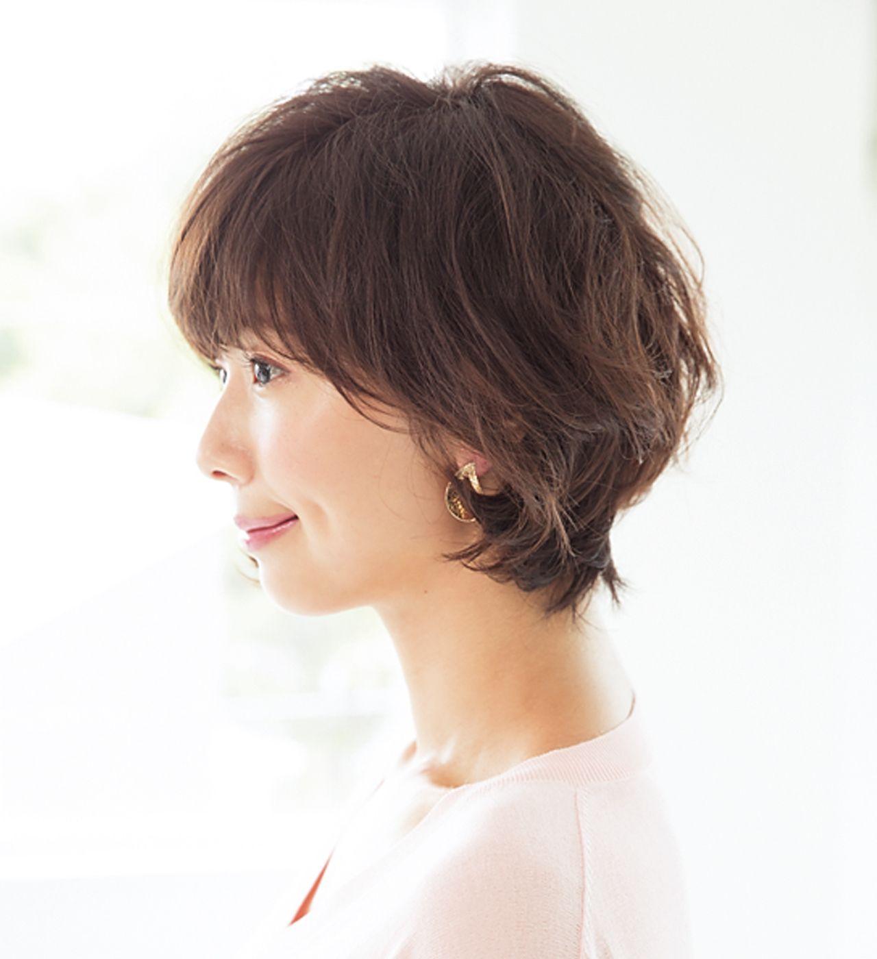 髪のうねりを利用した大きめカールヘアでフェミニンショートに 40代の