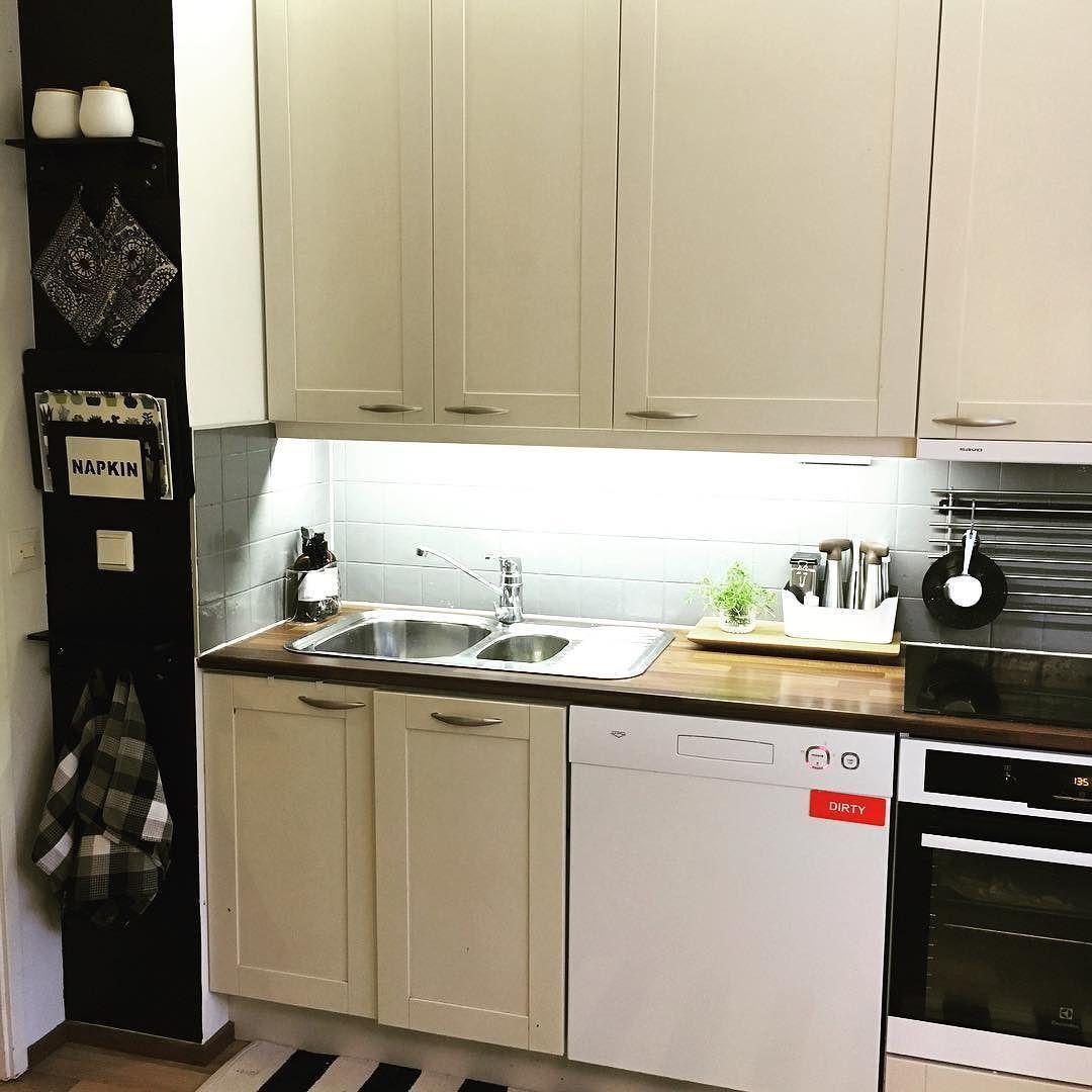 Home sweet home! Tänään taas kotona lempiharrastuksen - siivouksen - parissa. Keittiön liitutaulumaalilla maalattu seinäviipale koki pienen muutoksen. Rhodoksen matkalta löysin pari pikkuhyllyä naulakkoineen jotka surautin spray-maalilla mustiksi. Kaivattua ripustustilaa keittiöön.  #keittiö #kitchen #instahome #home #myhome #interior #interiordesign #sisustus #sisustusinspiraatio #kök #kotona #puuhailua #diy #itsetein