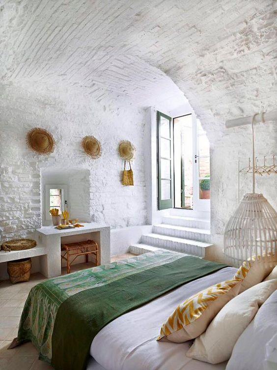 Une chambre originale, presque souterraine avec une porte fenêtre ...