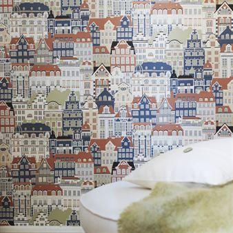 Diese besondere Tapete von Sandbergs hat klassische Fachwerkhäuser als Motiv. Mit Metropolis bringen Sie Leben in Ihr Zuhause. Bestellbar in verschiedenen Farbstellungen.