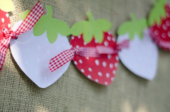 strawberry bunting!!! nice to see something other than triangle bunting to :-)