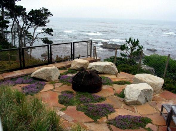 rocaille de jardin avec vue sur la mer