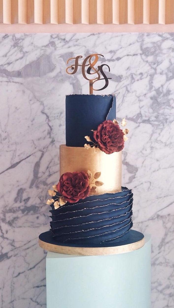 Marineblau und Goldstrukturierte Hochzeitstorte – dreistufige Hochzeitstorte   – Our wedding cake!