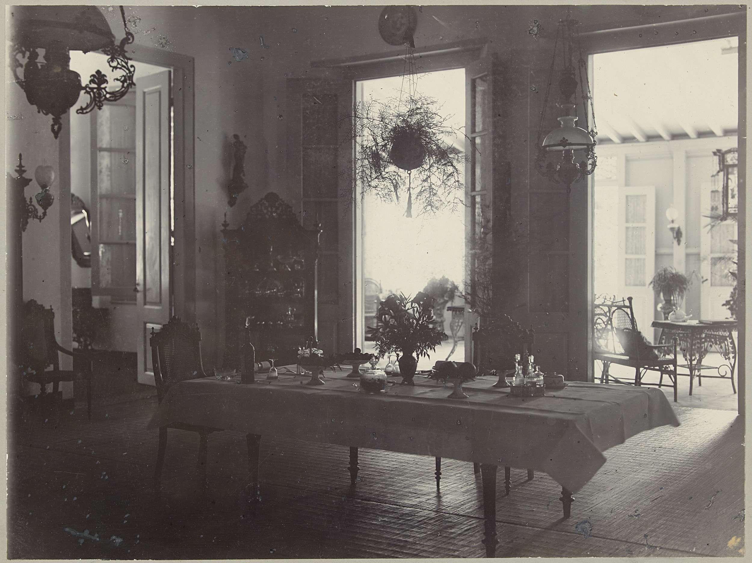 Anonymous interieur van een eetkamer in nederlands indi for Interieur 1920