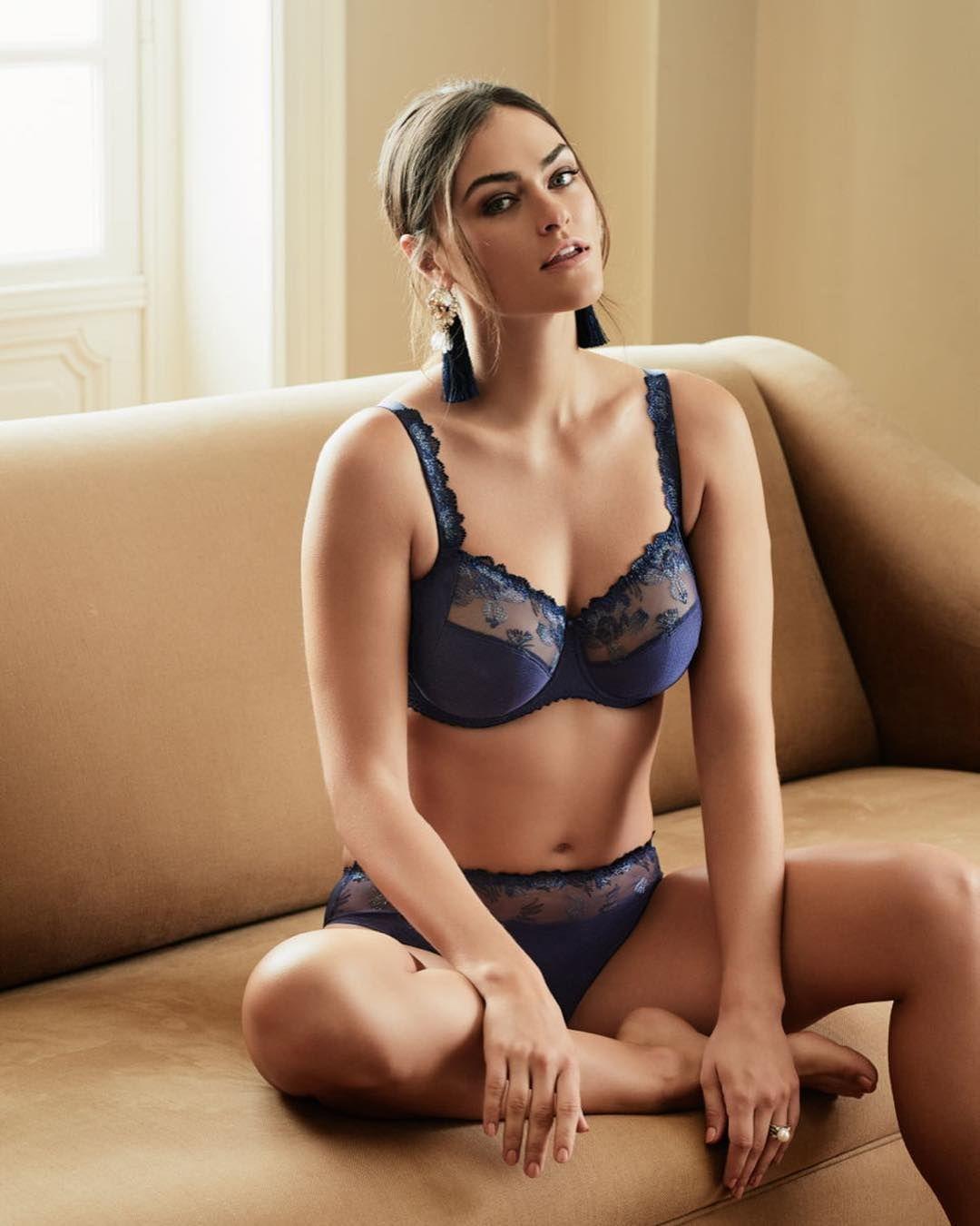 Model Myla Dalbesio is wearing a plume-bleu-bijou-komfort-set from Prima  Donna 845994e0cfb