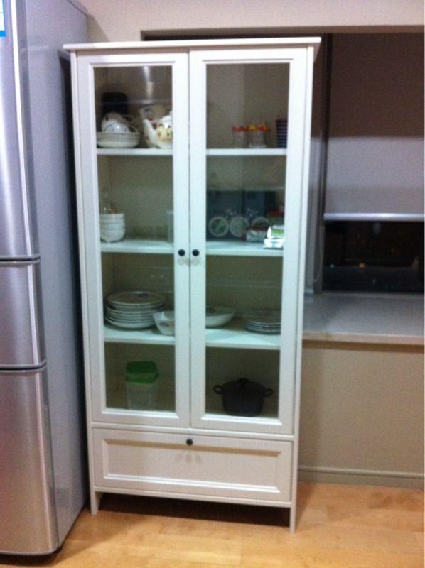 イケアの食器棚 Marie 39 S Blog まだ船便が届いてないから食器は少なめだけど かわいくて超お気に入り 今は空いてる所に紅茶を並べています 全てmade In Chinaかと思いきや ガラスの扉はなんと 食器棚 Ikea 食器 食器棚