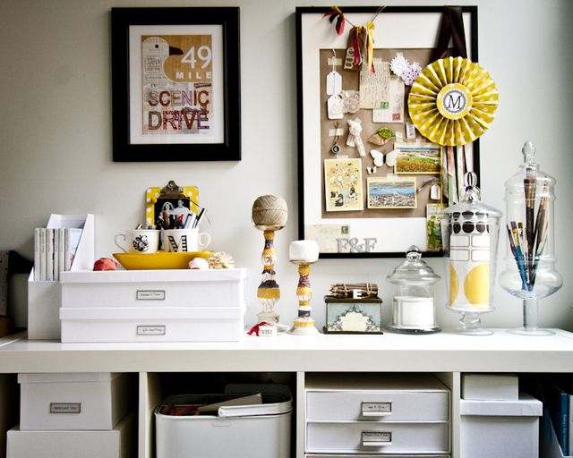 Black, white, and yellow always look good together. Organized and beautiful.