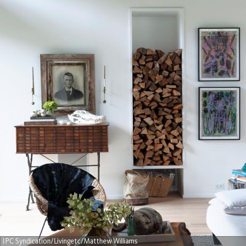 In Diesem Hellen Wohnzimmer Mit Holzelementen Wird Das Aufbewahrungsregal  Für Kaminholz Zur Deko Umfunktioniert. Der