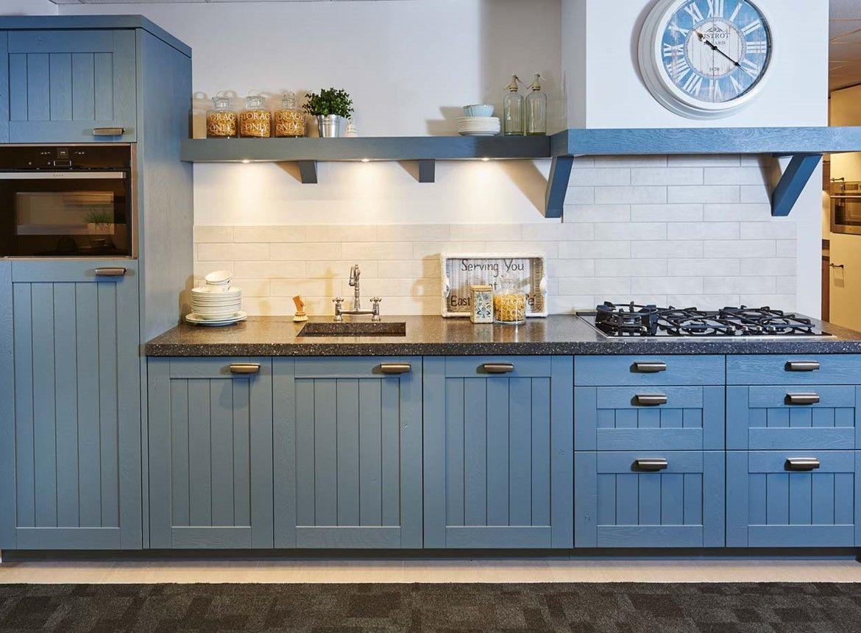 Blauwe keuken in rechte opstelling keuken in