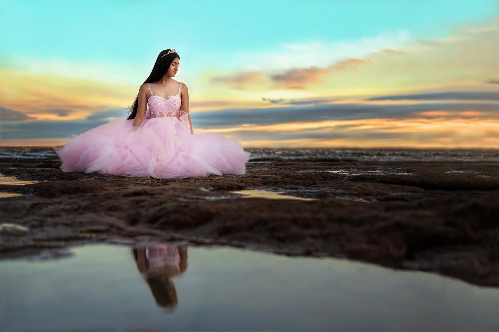 Sesion Trash The Dress En La Playa Al Atardecer En El Rio Con Vestido Y Tiara 15 Años Fotografía De Quinceañera Fotos De Quinceañeras Poses De Fotos De Playa