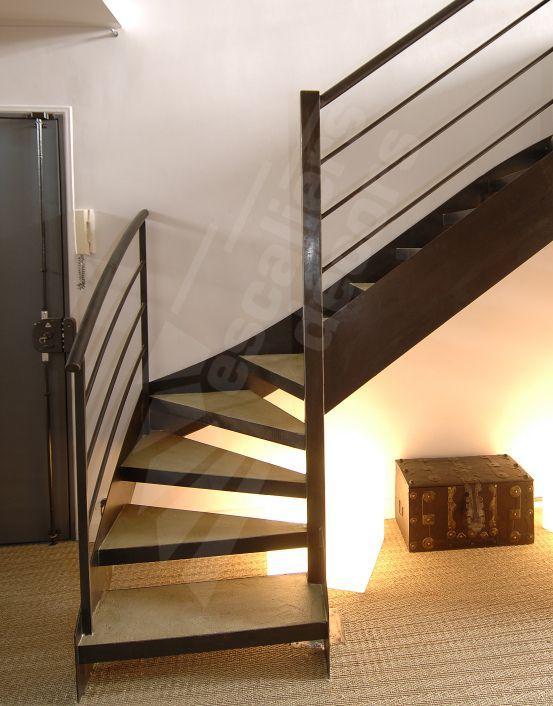 escalier quart tournant / structure en métal / marche en bois / à
