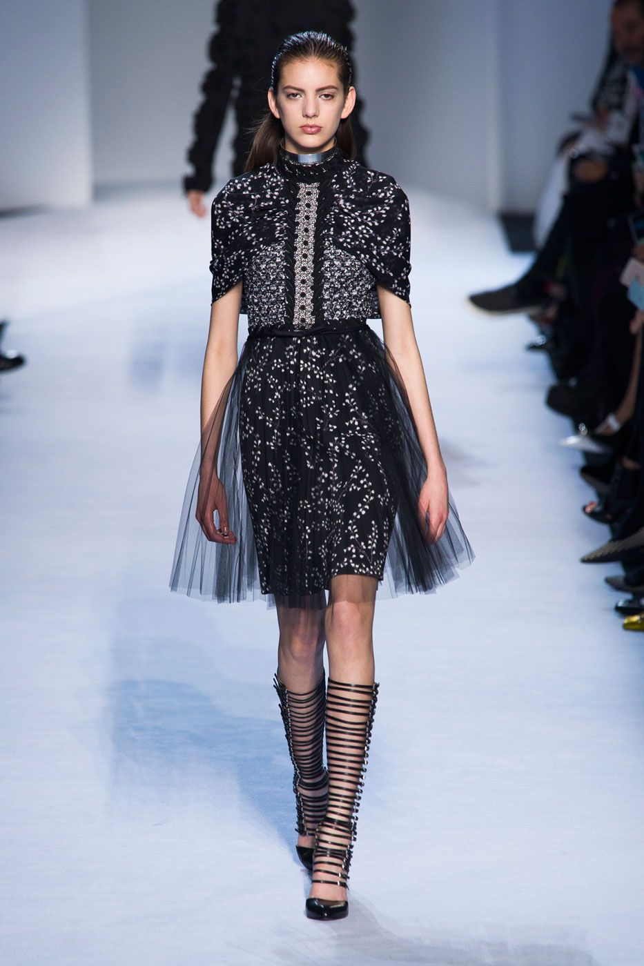 A menina romântica de Giambattista Valli adota uma atitude bad girl - Vogue   Desfiles
