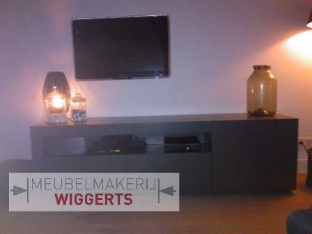Dit tv meubel heeft een open vak voor de dvd-speler. Mooi strak afgelakt. Vervaardigd door Meubelmakerij Wiggerts.