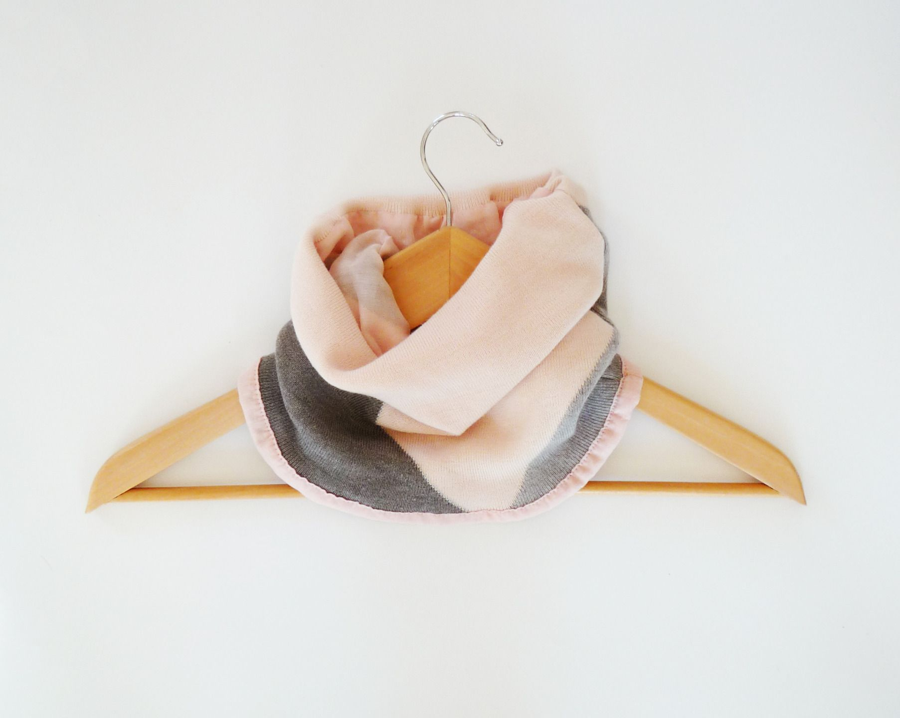 13a8539cdf7a snood rose et gris pour femme un tour de cou intérieur en soie pour l hiver  accessoire de mode couleur pastel   Echarpe, foulard, cravate par lefil