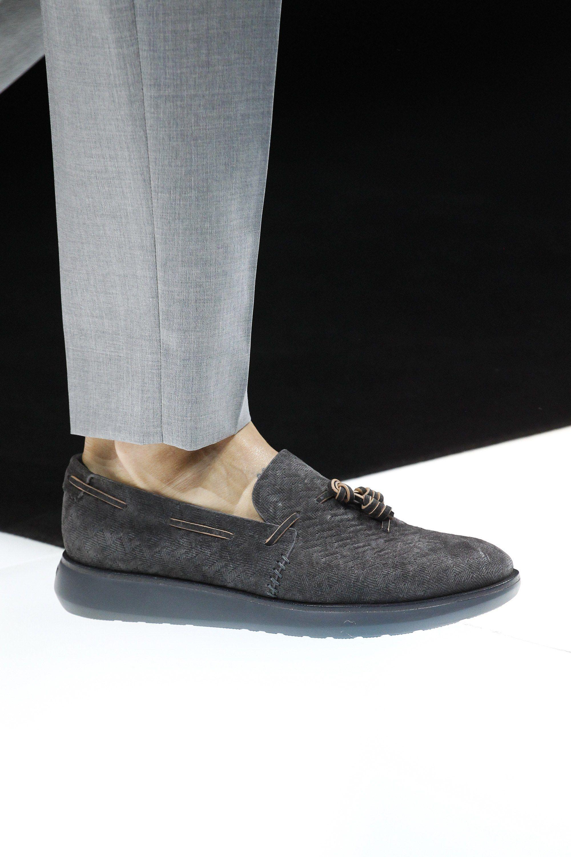 1dba17c9134 See detail photos for Giorgio Armani Spring 2018 Ready-to-Wear collection.