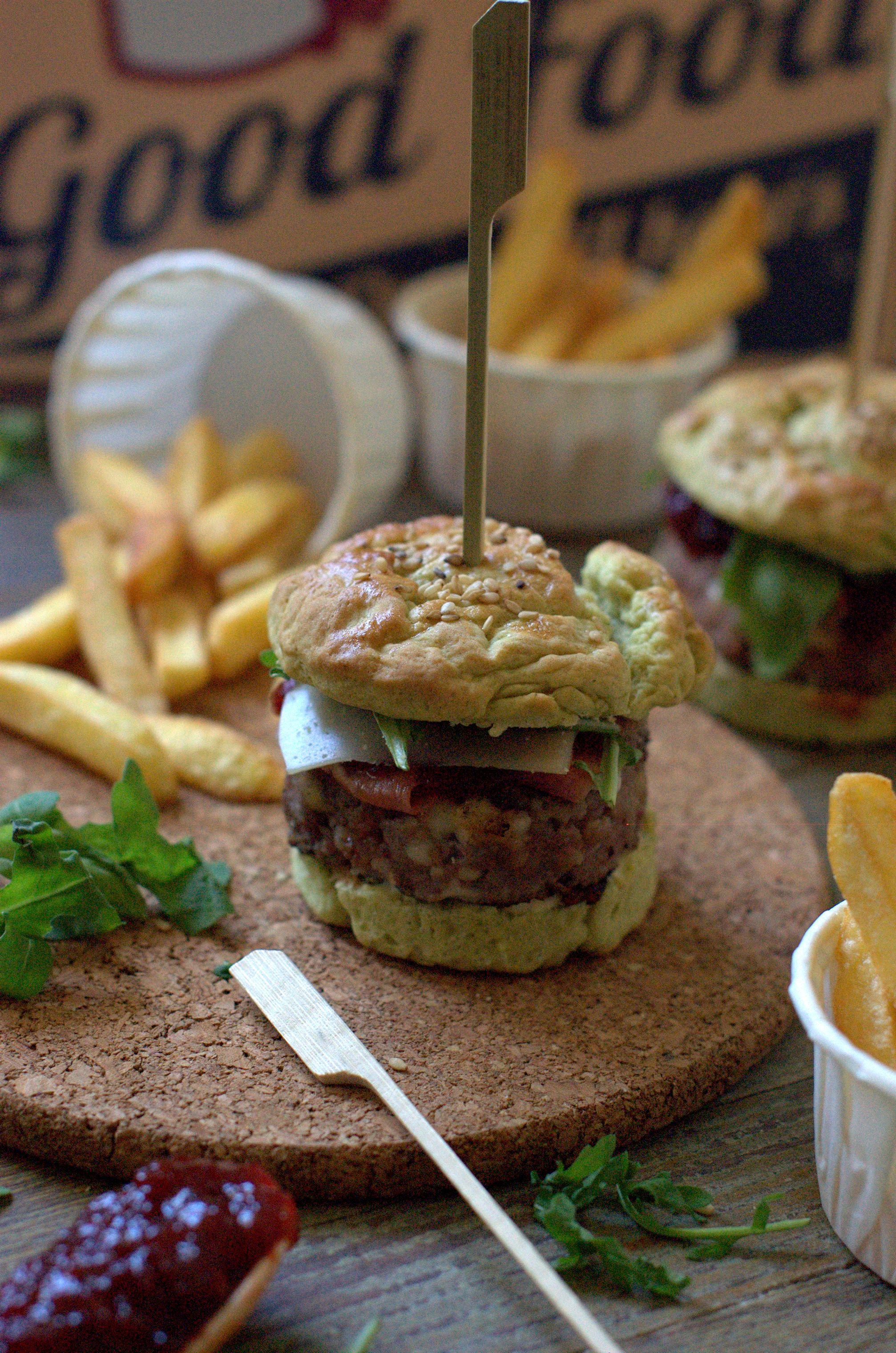 Hamburguesa con scamorza y mermelada de piquillos en pan de albahaca