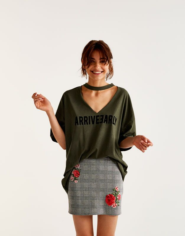 cd5af2a67 Pull Bear - mujer - ropa - camisetas - camiseta oversize choker arrive  early - kaki - 09235302-I2017