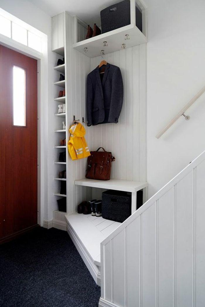 ide entre en blanc et gris anthracite porte en couleur cerise tagres en blanc - Decorer Une Entree Avec Escalier