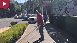 """Un automovilista reaccionó con violencia ante el cuestionamiento de Arturo Hernández, de """"Los Supercívicos"""", del por qué su coche obstruía el paso peatonal. El sujeto insultó en repetidas ocasiones al """"Comandante Hernández"""", como se hace llamar, además de amenazarlo con diferentes objetos. Un mechudo, gas 'paralyzer' y rocas, fueron las armas que el enfurecido hombre […]"""