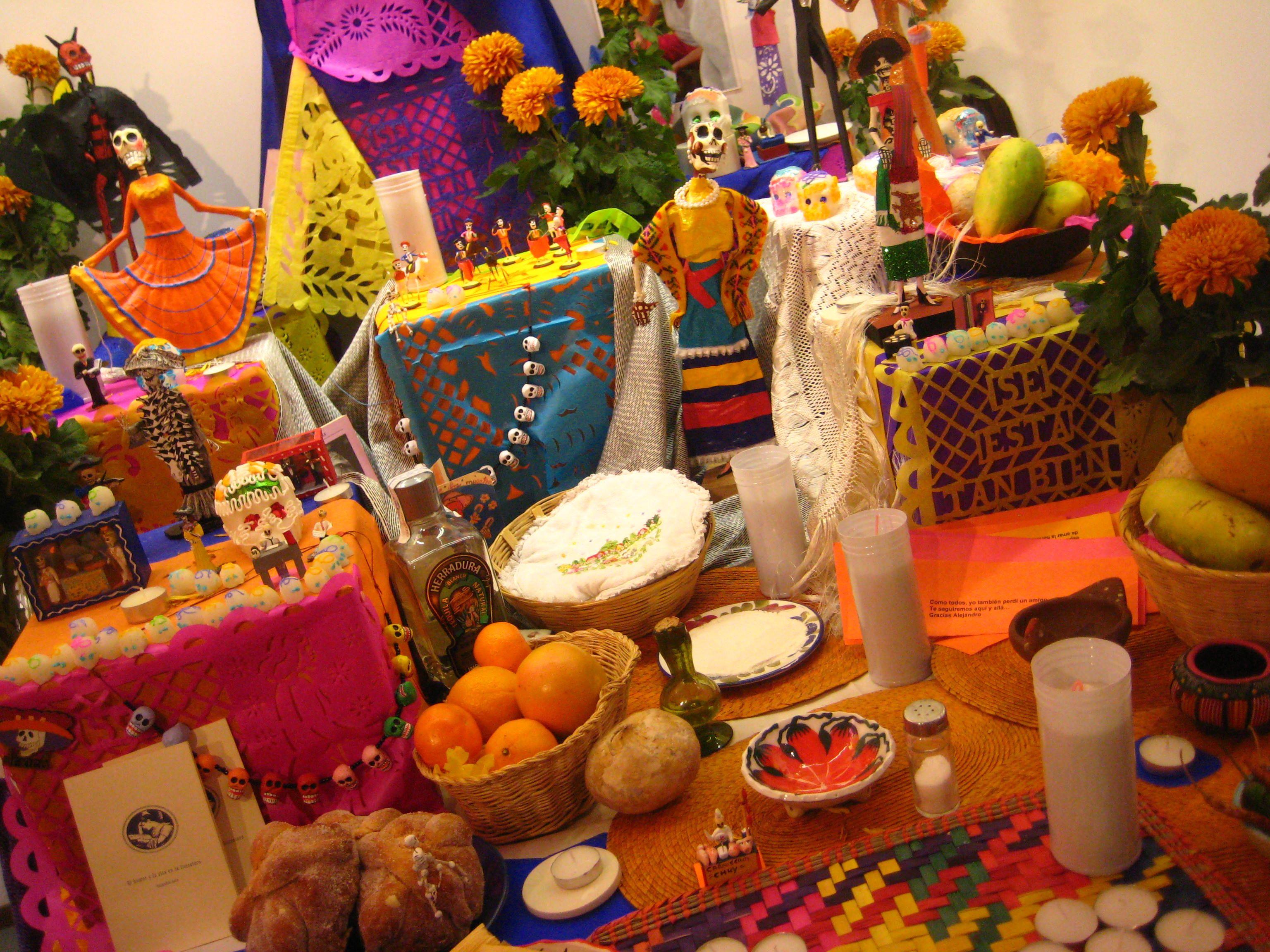Altar De Dia De Muertos Con Su Pan De Muerto Las Frutas Las Flores