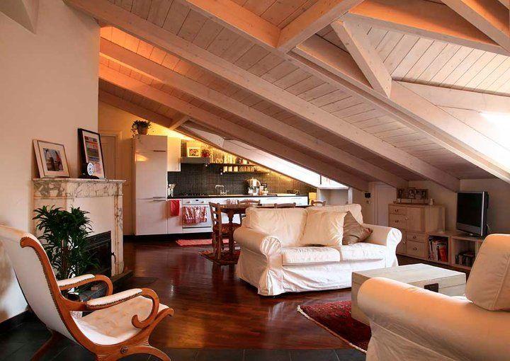 Mansarda con tetto in legno sbiancato foto di tommaso for Foto di mansarde arredate