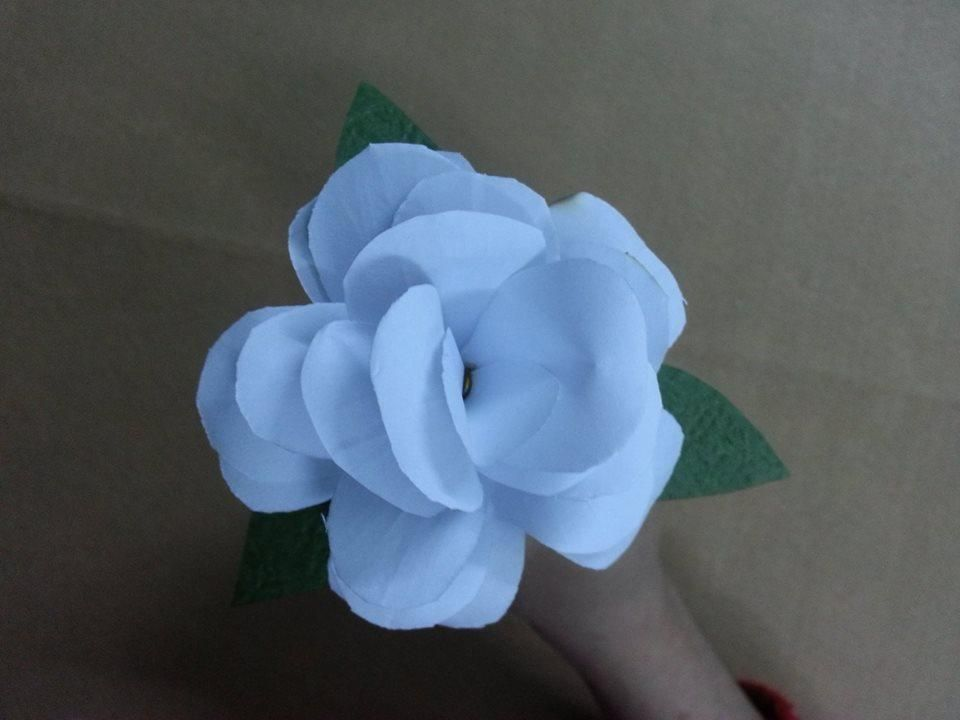 Tutorial make simple flowers from white paper paper flowers make beautiful paper flowers and enjoy them for years to come materials paper wire stem scissors glue green tape mightylinksfo
