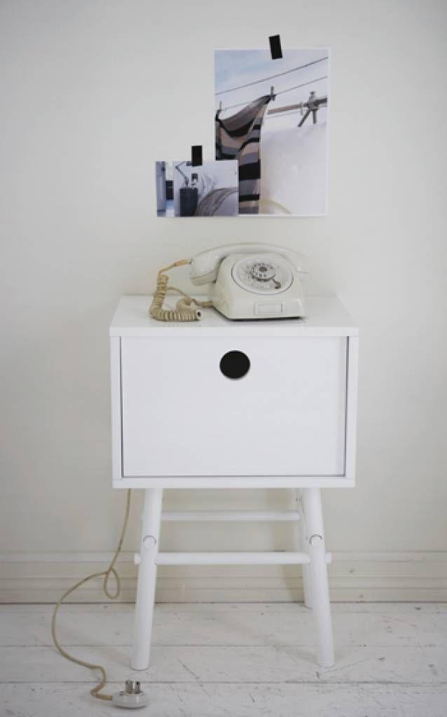 Een glas, een wekker, een boek… Dit kleine bijzettafeltje - nachtkastje biedt net genoeg ruimte voor de noodzakelijke dingen naast bed of bank.