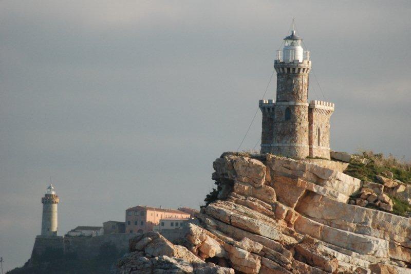 Faro dello Scoglietto con faro del Forte Stella sullo sfondo - Portoferraio