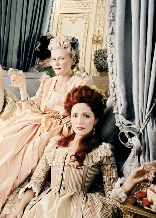 """Rose Byrne as Duchesse de Polignac and Kirsten Dunst as Marie Antoinette in """"Marie Antoinette"""", 2006"""