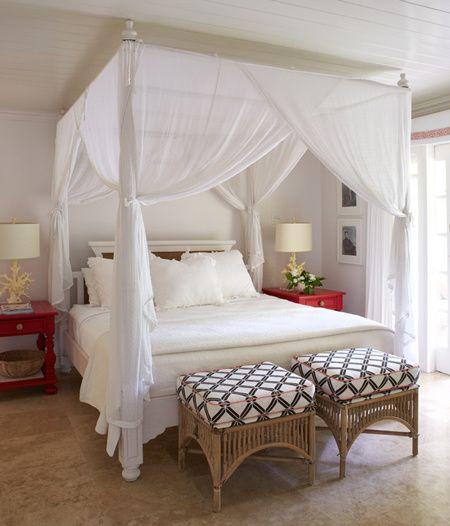 le lit à baldaquin peut faire rêver. il donne un aspect cosy à la