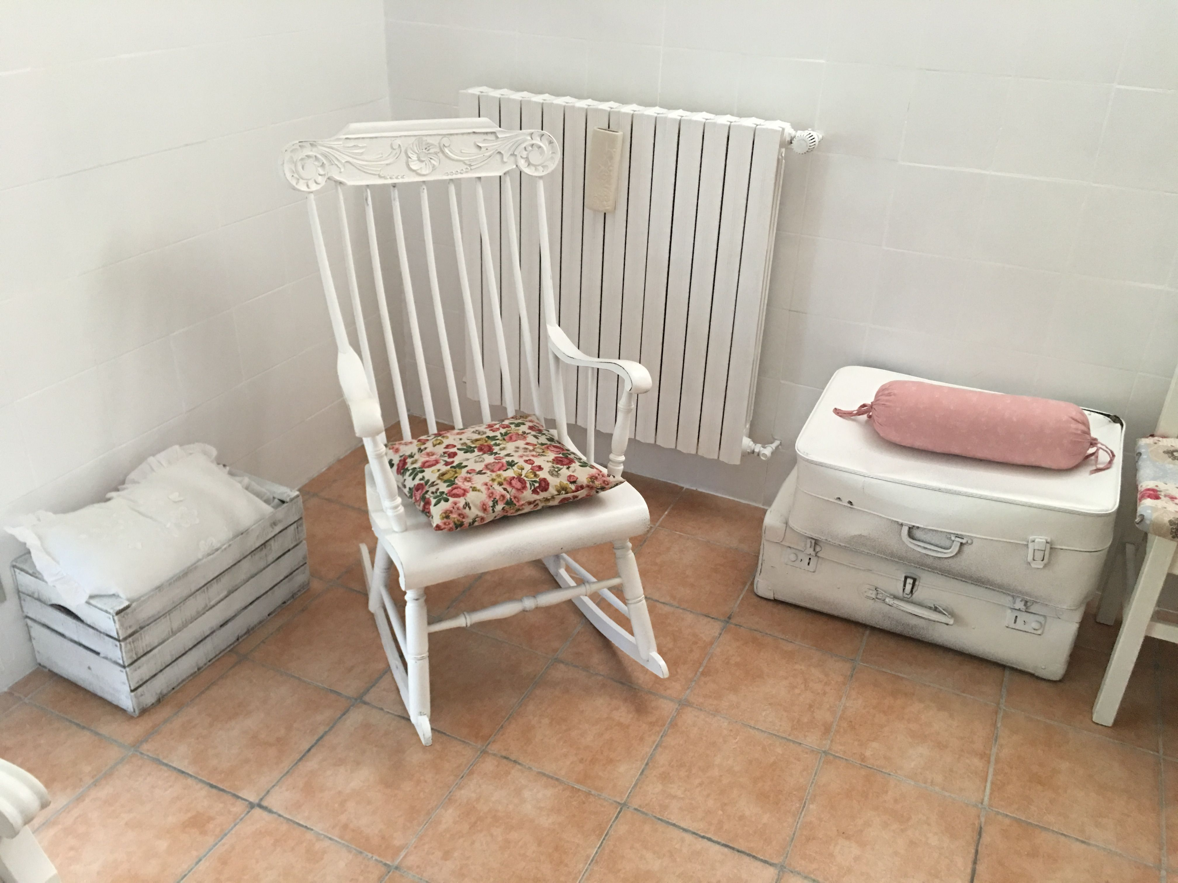 Sedie a ~ Sedia a dondolo e vecchie valigie shabbate la mia casa shabby