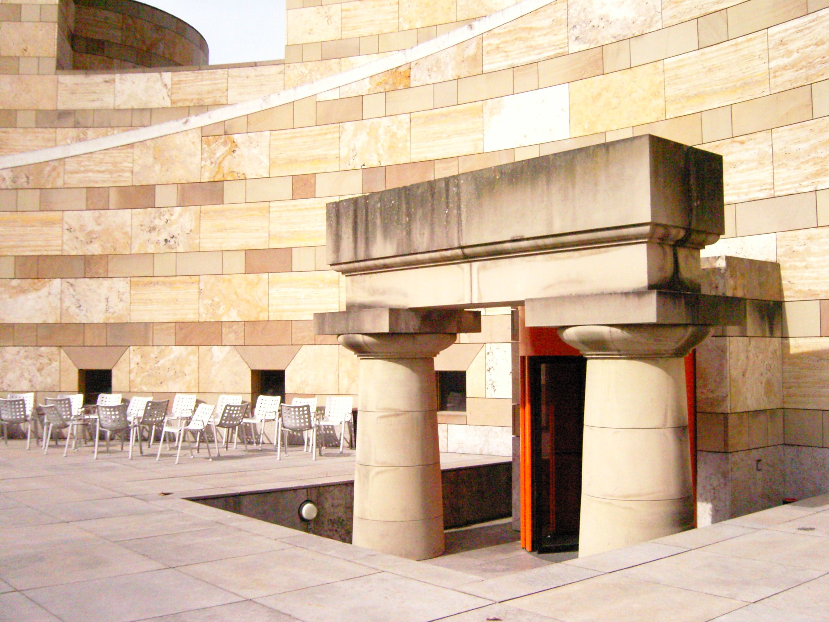 Neue staatsgalerie stuttgart james stirling michael for Neue architektur stuttgart