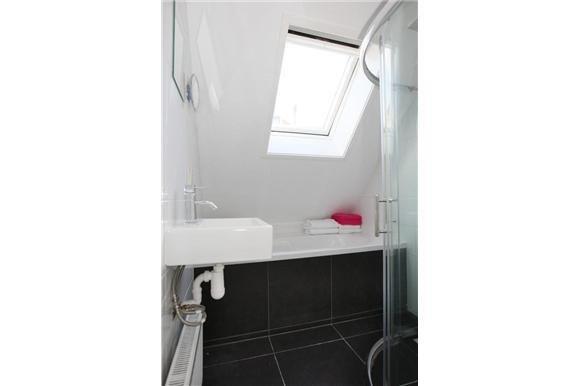 Badkamer met ligbad en douche te koop dijkhuis oud beijerland
