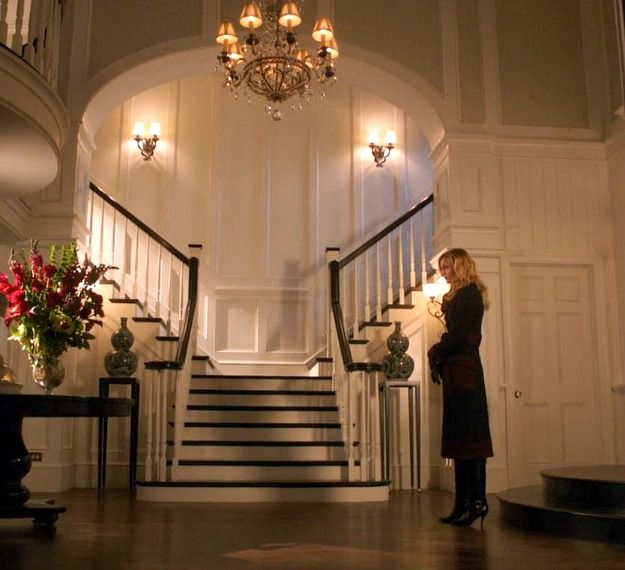 Emily Thorne in Grayson Manor entry hall Revenge. This is a classic Hamptons combination of dark wood steps and hand rail with white risers, balustrades and walls.