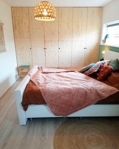 Binnenkijken bij meira_athome_ - Zelfgemaakte kledingkast op de slaapkamer.