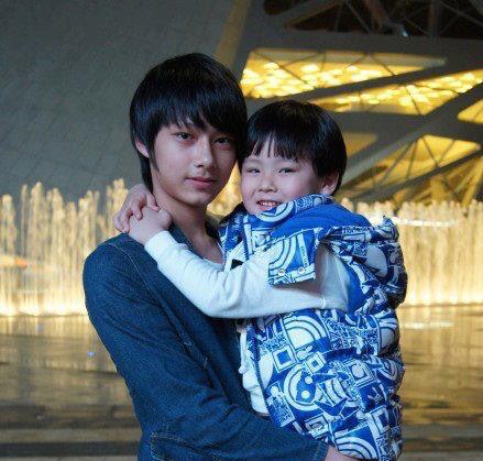 Junhui and his little brother fengjun they're sooooooooi ...