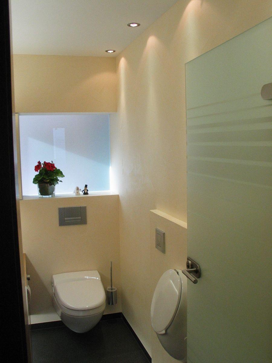 Ideal Die hochwertigen Materialien sowie die indirekte Beleuchtung verleihen diesem G ste WC trotz der kleinen