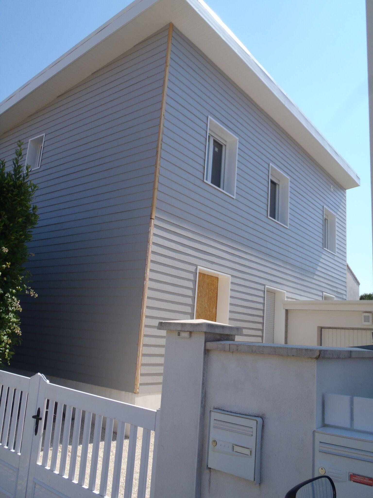 Vivanbois sur l vation d 39 une maison en ossature bois charpente monopente et bardage eternit for Bardage fundermax ossature bois