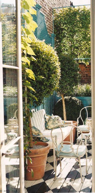 Superbe petit coin de terrasse Sol en bois peint motif damier