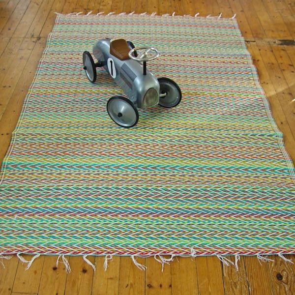 grand tapis plastique tress panach zigzag vert d 39 eau et rouge fdp inclus joli le tapis. Black Bedroom Furniture Sets. Home Design Ideas