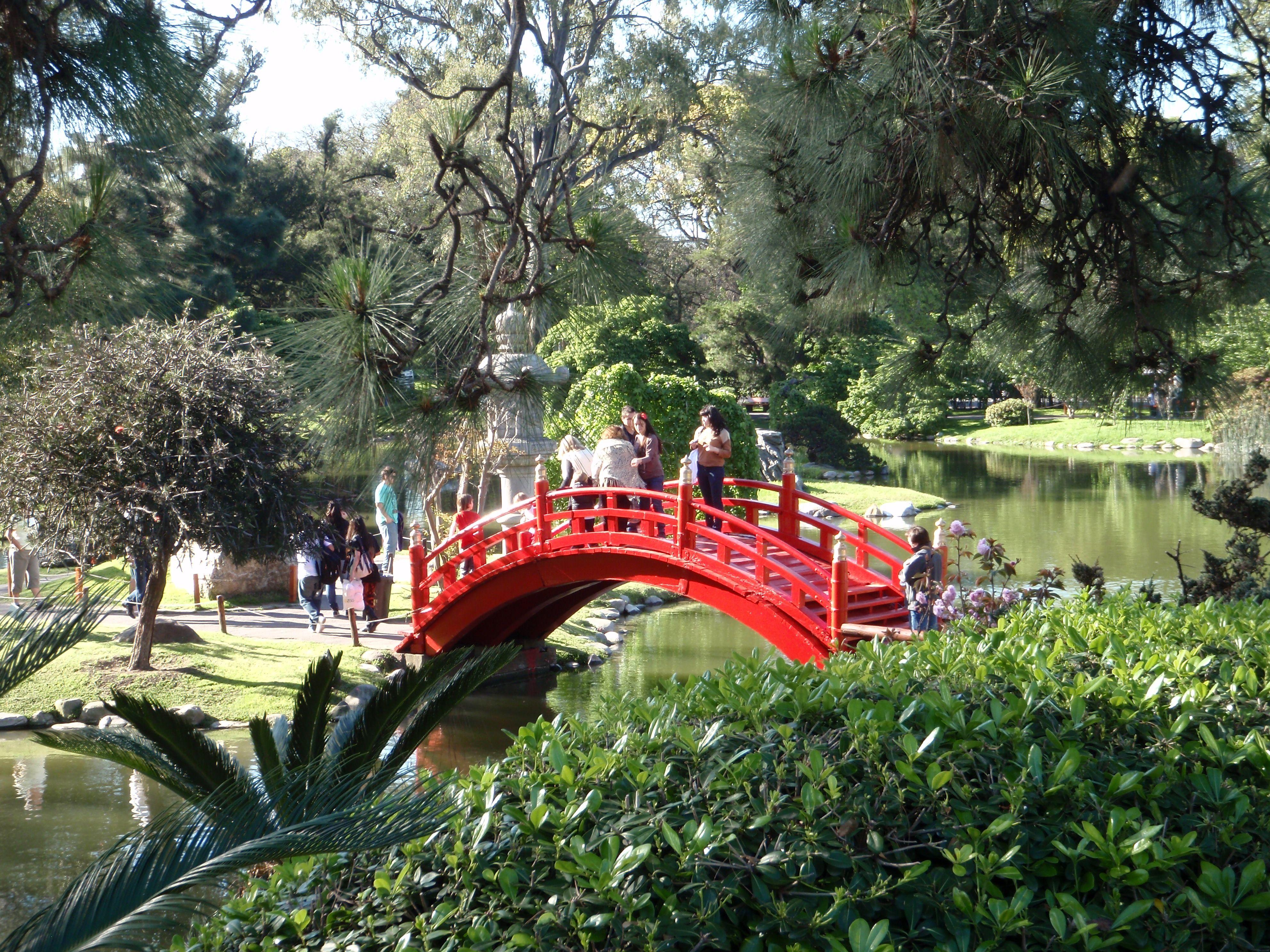 Este Es El Jardín Botánico De Buenos Aires Turistas Ven Los Attracciones En El Jardín Outdoor Structures Garden Bridge Garden