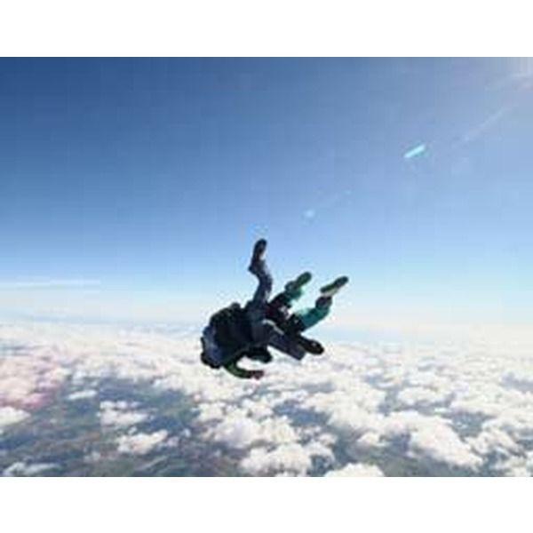 Mit Fallschirmspringen erfüllst du die Träume aller Liebhaber luftiger Höhen. Mit bis zu 200 km/h geht es für bis 60 Sekunden im freien Fall in Richtung Erde. Dann gleitet man sanft und sicher wie ein Vogel dem Boden entgegen. Verschenke einen Fallschirm-Tandemsprung in seiner ganzen Faszination!