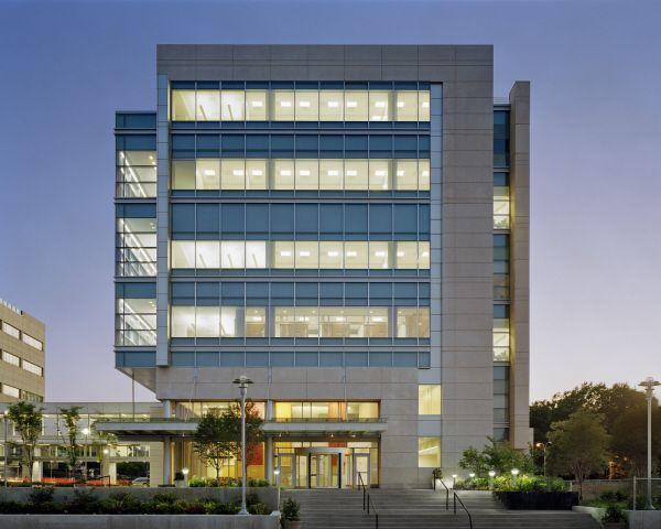 Perkins eastman queens hospital center healthcare for Modern hospital building design