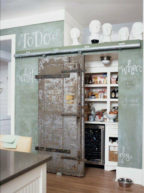 Tolle Speisekammer Ideen in der Küche - alte Metalltür - offene küche trennen